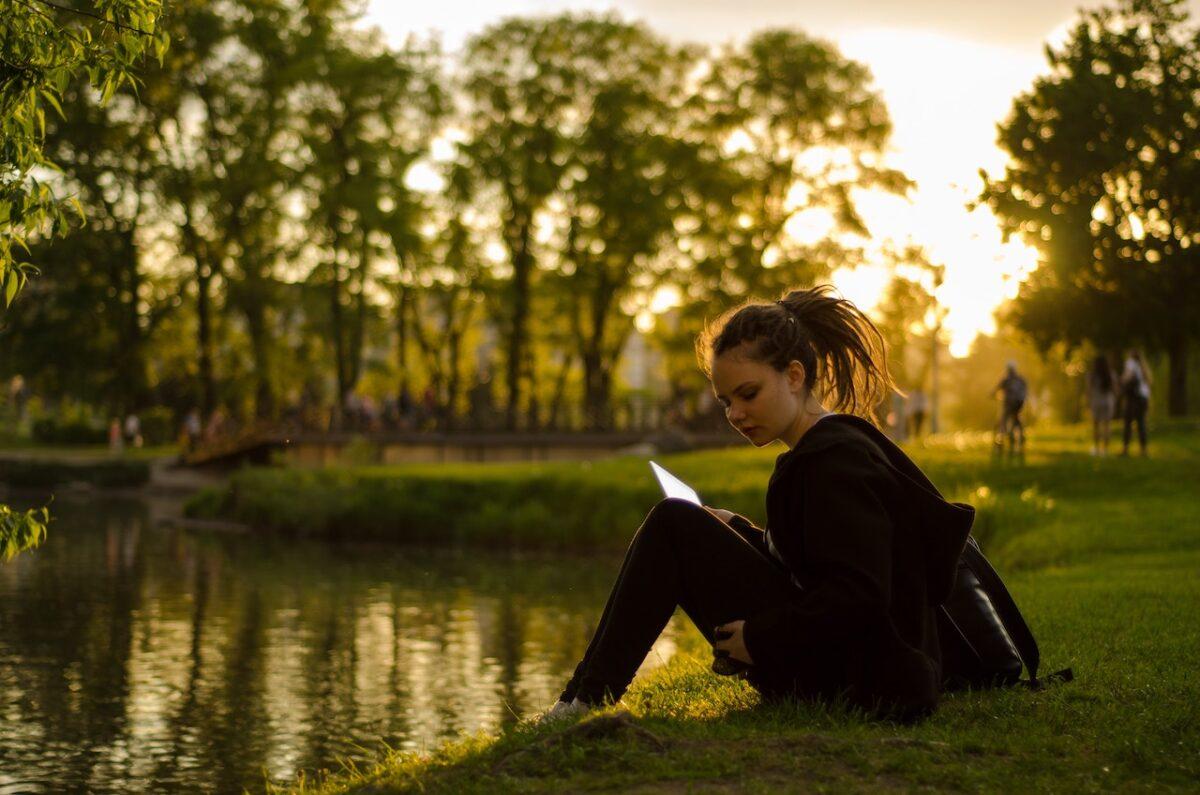 英語学習においてスピーキングとリスニングの向上には時間を要します【おすすめの勉強法もご紹介!】